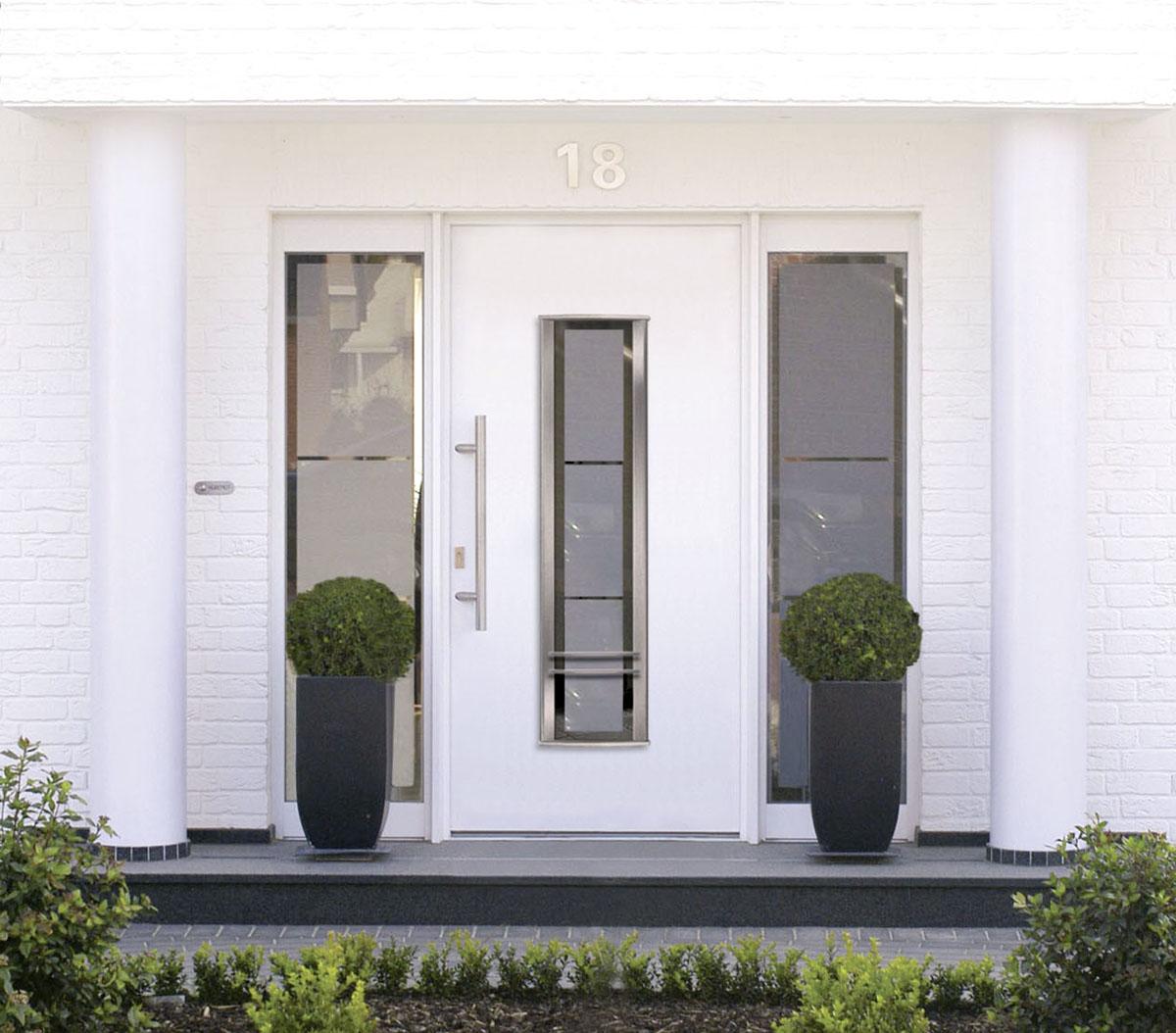 Haustür mit breiten Lichtband und Seitenteilen BAUWIKI