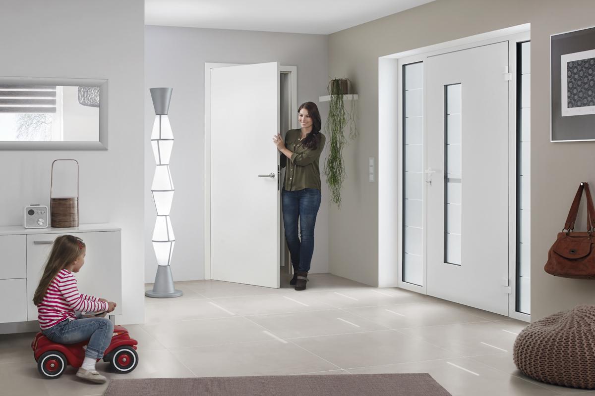 Moderne Haustür Aus Aluminium In Weiß Mit Seitenteilen Und Verglasung