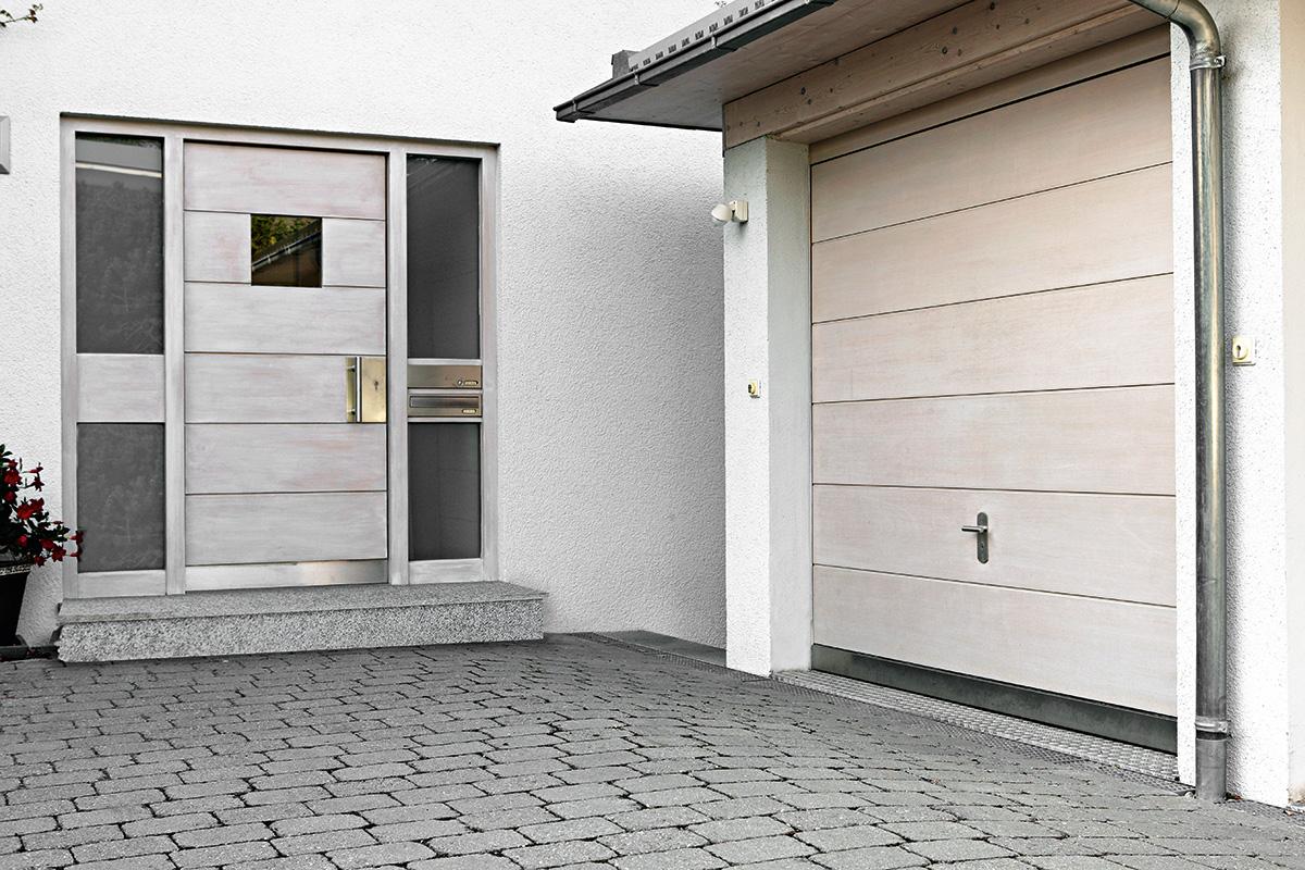 Garagentor modern weiß  Garagentor mit weiß lasierten Holz-Sicken - BAUWIKI